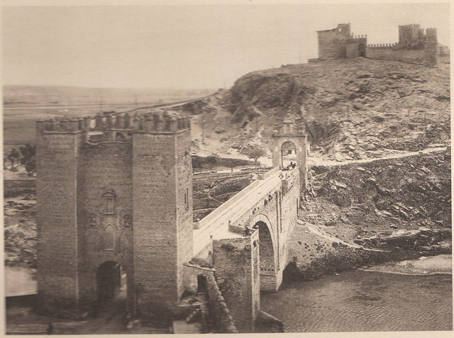 Puente de Alcántara y Castillo de San Servando a principios del siglo XX. Fotografía de Henri Bertault-Foussemagne  publicada en el libro L´Espagne, provinces du Nord, de Tolède a Burgos de Octave Aubry en 1930