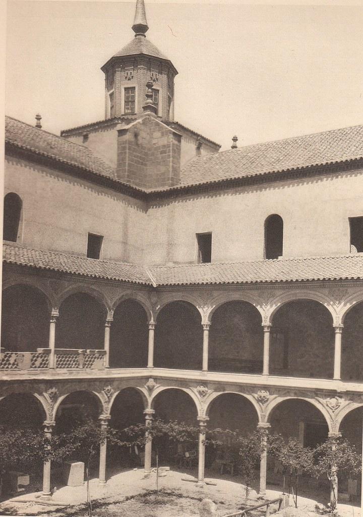 Hospital de Santa Cruz a principios del siglo XX. Fotografía de Henri Bertault-Foussemagne  publicada en el libro L´Espagne, provinces du Nord, de Tolède a Burgos de Octave Aubry en 1930