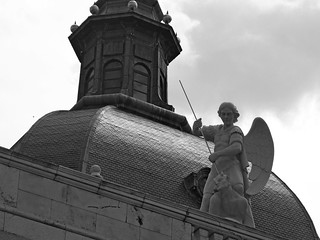 Catedral de la Almudena 마드리드 근처 의 이미지. madrid roof bw church statue angel michael spain lucifer europa europe religion espana devil engel dach archangel spanien catedraldelaalmudena teufel erzengel luzifer almudenakathedrale warinheaven höllensturz killingangel projectu40 kriegimhimmel