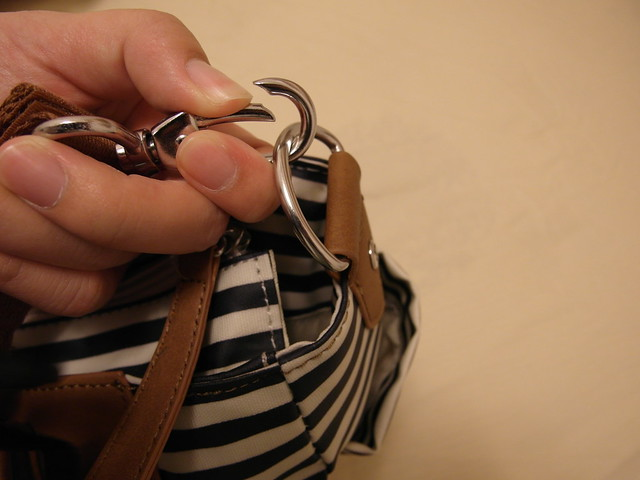 Babymel CARA Navy Stripe 藍條紋卡拉包,肩背帶的拆卸方式