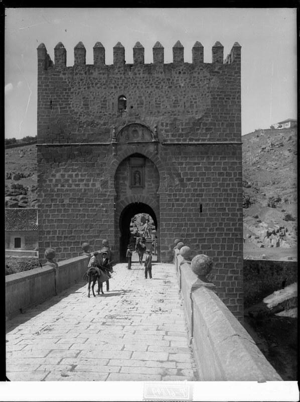 Puente de San Martín a comienzos del siglo XX. Fotografía de J. Lacoste © MECD, Fototeca del IPCE, signatura VN-22537_P
