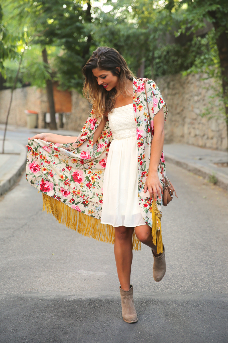 trendy_taste-look-outfit-street_style-ootd-blog-blogger-fashion_spain-moda_españa-kimono-vestido_blanco-vestido_verano-playa_beach-dress-cowboy_booties-botines_camperos-10