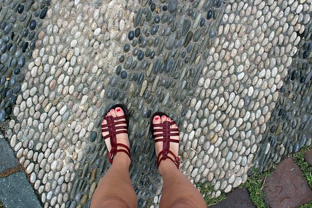 genomblöta sandaler