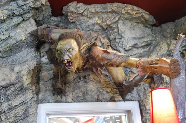 Orco en la entrada de la tienda