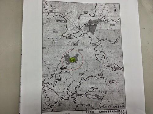 紅色圓圈中的灰色部分就是統一夢世界基地,就在菜寮溪支流的上方, 廢水往左邊排放就會與曾文溪交滙,鄰近玉峰堰。