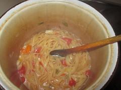 Wenn die Pasta fertig ist, ist das Wasser verdampft und aufgesogen. Das Gemüse-Aroma hat sich mit den Nudeln vernunden