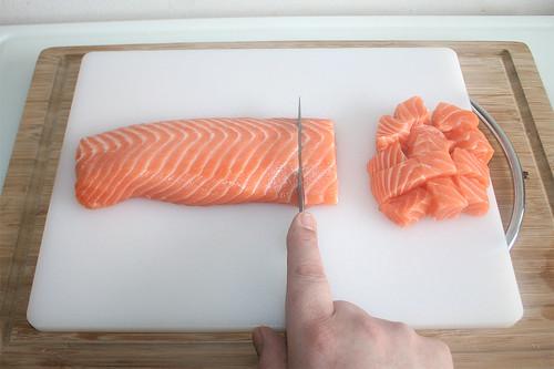 24 - Lachs würfeln / Dice salmon