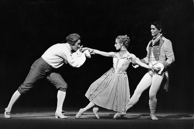 Viviana Durante as Manon, David Drew as Monsieur GM and Stephen Jefferies as Lescaut in Manon © Leslie E. Spatt 1991