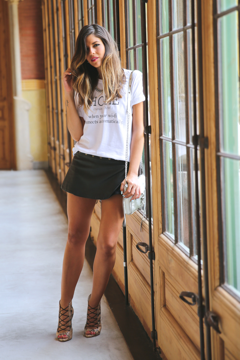 trendy_taste-look-outfit-street_style-ootd-080_barcelona-fashion_spain-moda_españa-blog-blogger-seat_mii-basic_tee-camiseta_basica-animal_print-sandalias_cordones-falda_cuero-leather_skirt-13