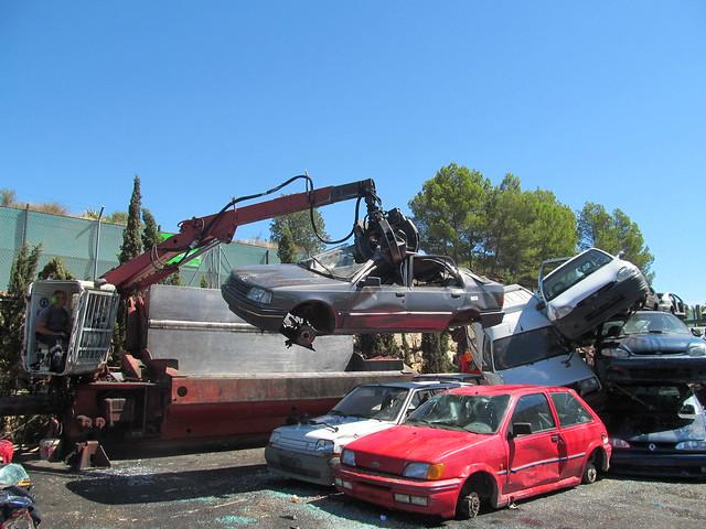 prensa y reciclaje de coches en el desguace
