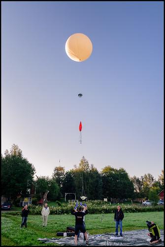 morning people house field folk balloon takeoff hus ballong morgon åker ksw människor katternö highaltitudeballoon katternöskywatchers höghöjdsballong