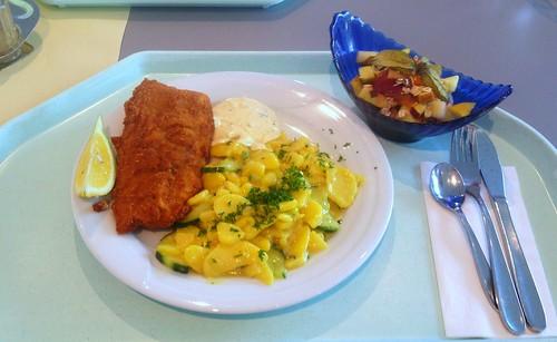 Gebackenes Seelachsfilet mit Zitronenecke, Remoulade & Kartoffelsalat / Baked coalfish filet with lemon, remoulade & potato salad