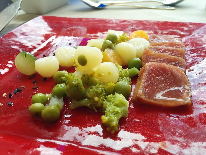 Lomo de atún ahumado con aceita de vainilla y caviar de verduras (Principal). Summumm Gastroespacio