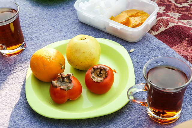 Fruits and tea for picnic, Isfahan イスファハン、ピクニックでのチャイと果物