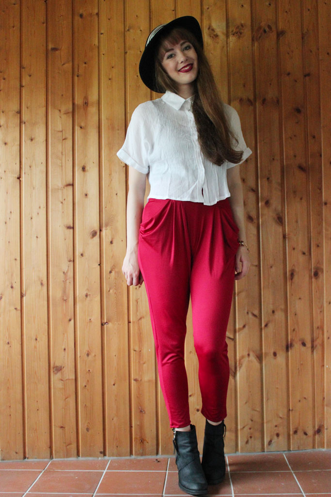 Candy color harem pants - pleated trousers outfit - pleated trouseres burgundy red - haremshose und boots