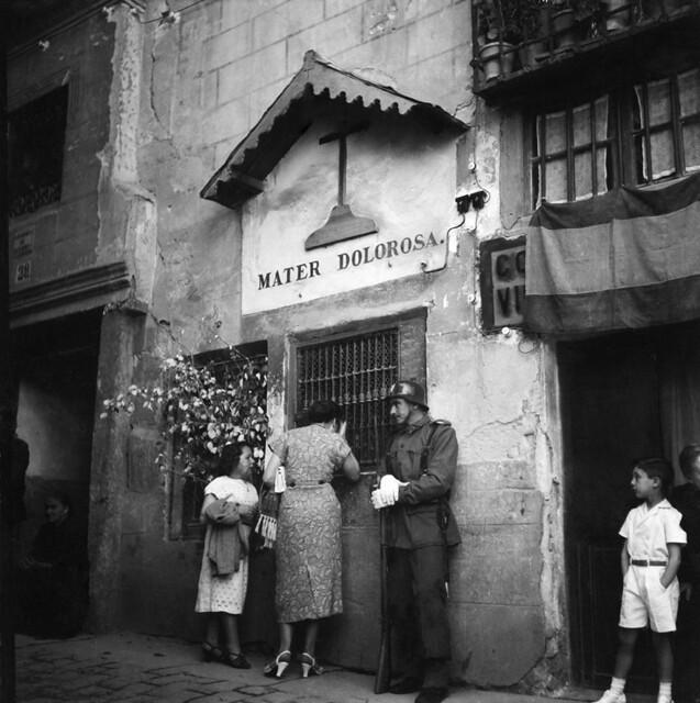 Calle Alfileritos un día de Corpus en los años 50. Fotografía de Francesc Catalá Roca © Arxiu Fotogràfic de l'Arxiu Històric del Col·legi d'Arquitectes de Catalunya. Signatura B_4336_355