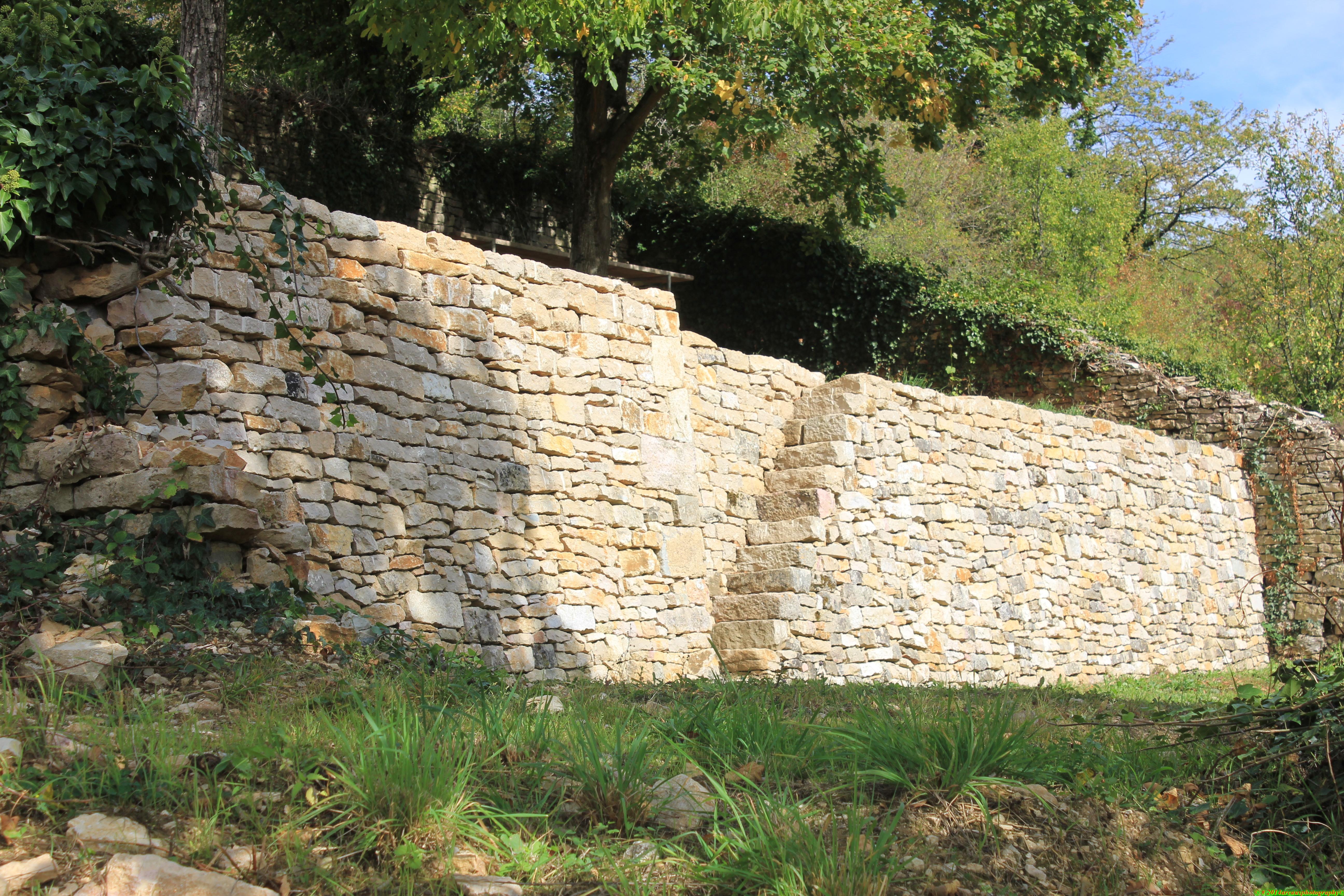 Construire un mur de soutenement en pierre seche