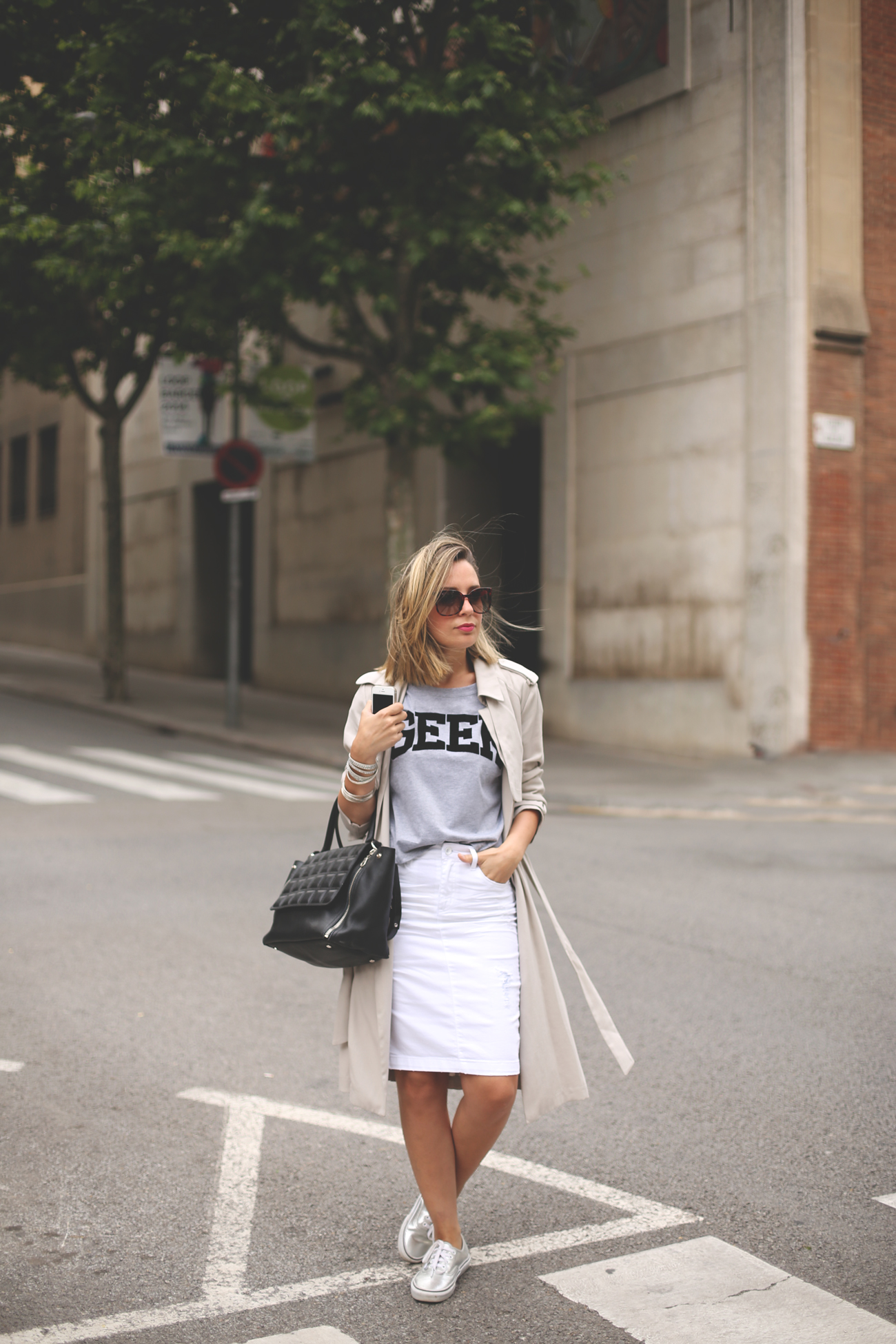 Trench, priscila betancort, fashion blog, street style, spanish blogger, white skirt, look con falda, vans plata, blonde girl,