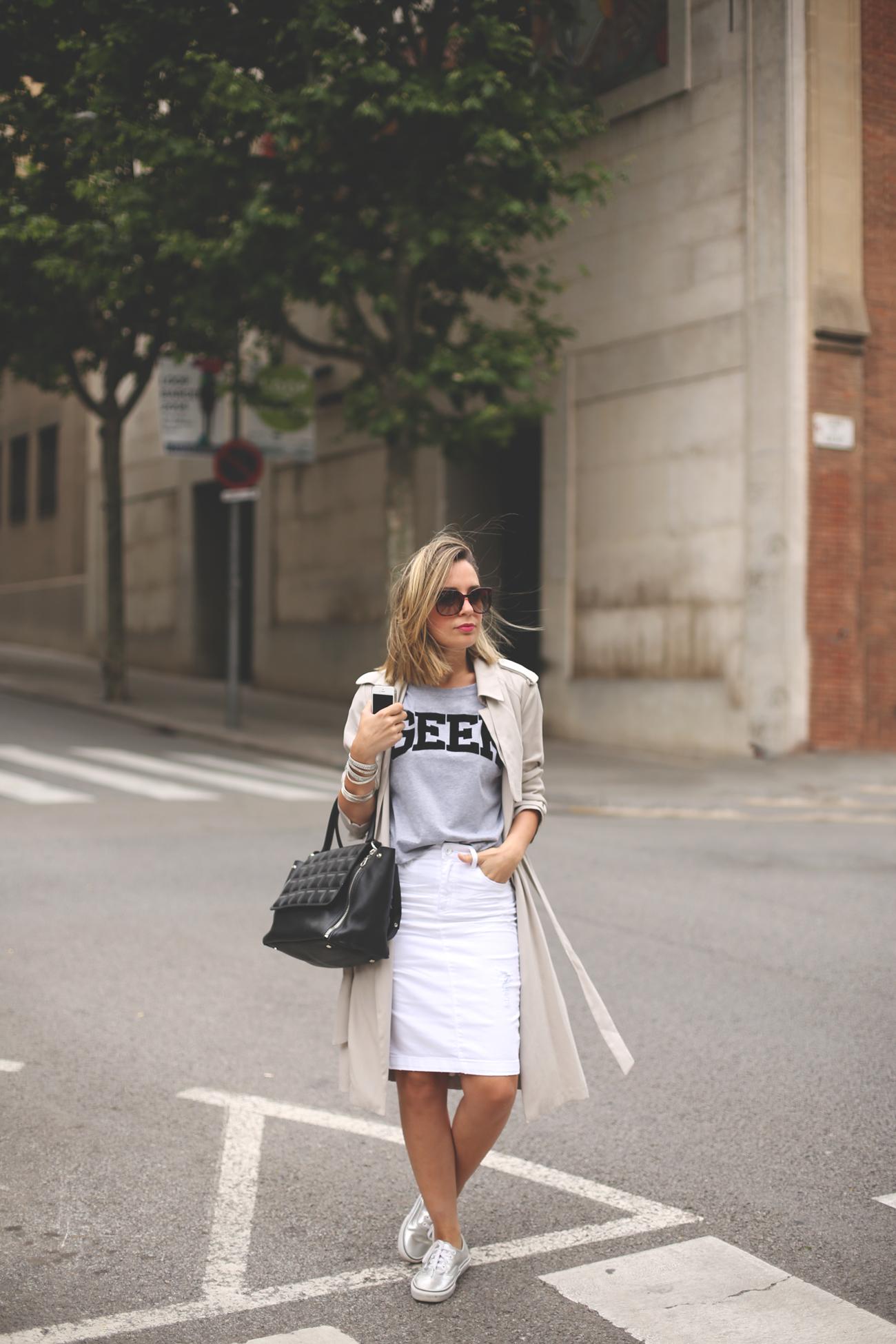 Trench, priscila betancort, fashion blog, street style, spanish blogger, white skirt, look con falda, vans plata, blonde girl,