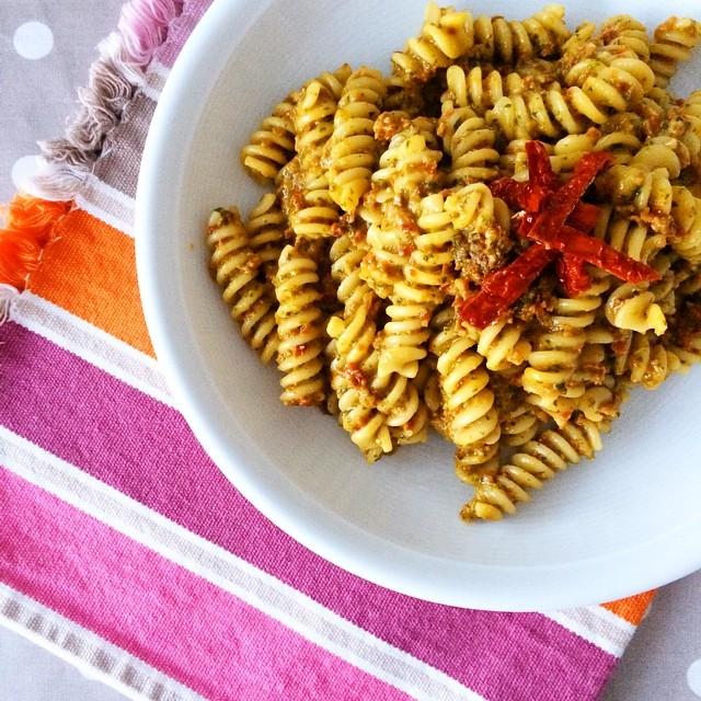 Pesto di pomodori secchi e buon ferragosto a tutti! (Quante ricettine dovrei mettervi sul blog... Ad avere il tempo!)
