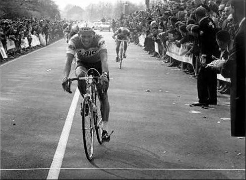 Allo sprint vittoria netta dell'olandese Arie Den Hartog