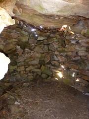 Intérieur d'un abri sur l'arête N du Traunatu vers 1240m : toit en pierres soutenues par des poutres en bois