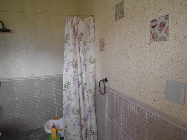 牆上嵌入了彩燒瓷磚點綴@宜蘭心森林民宿1N