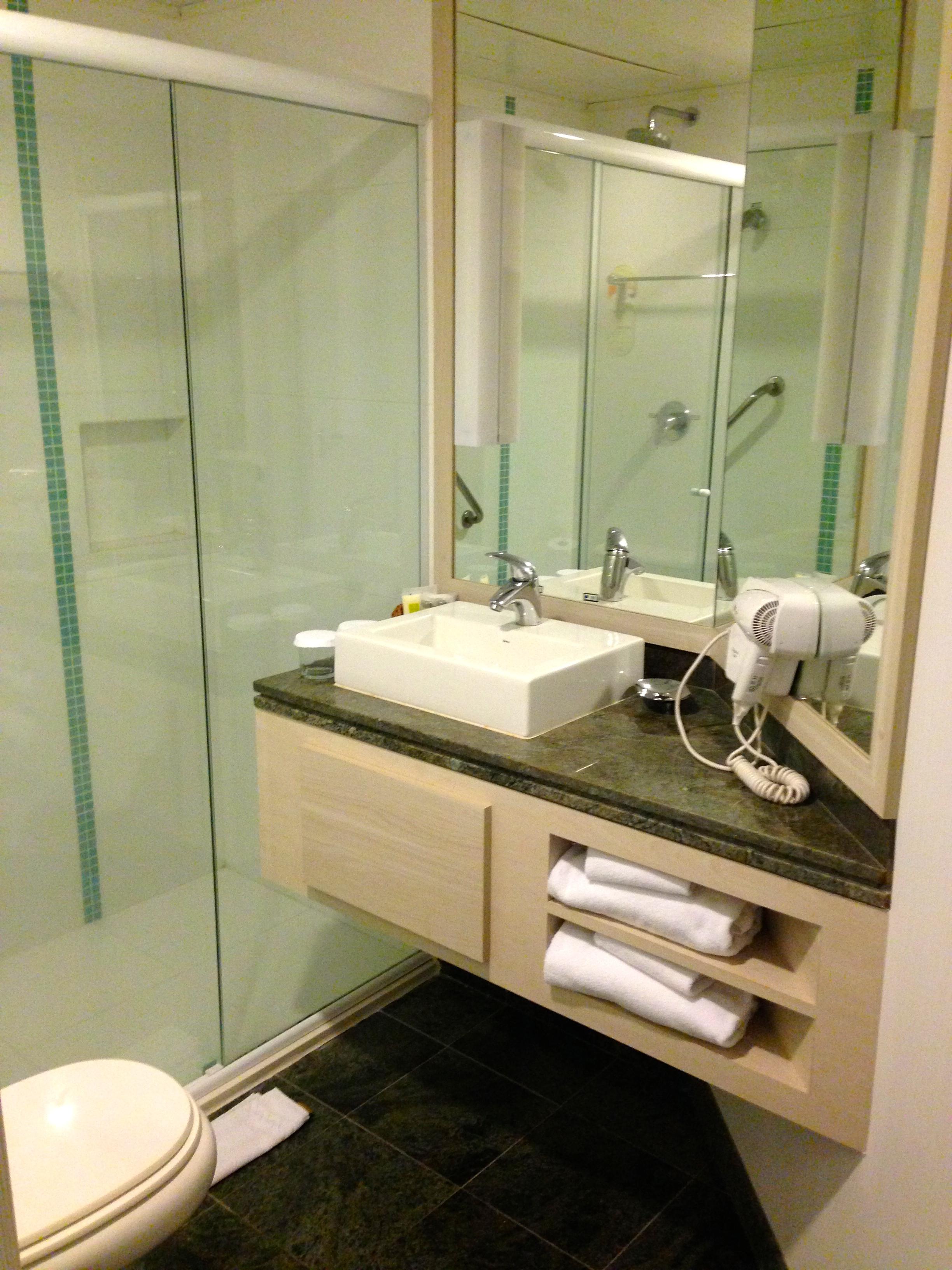 Já o banheiro é bonito funcional e moderno. Os amenizeis são da  #967535 2448x3264 Banheiro Bonito E Funcional
