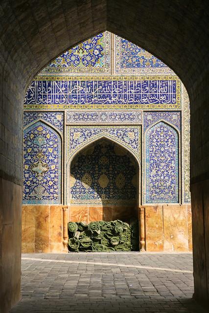 Passage in Imam mosque, Isfahan, Iran イスファハン、王のモスクの通路