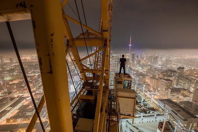 человек на кабине башенного крана