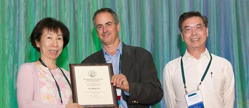 圖片由左至右依次為余淑美院士、美國植物生物學會新任主席Julian Schroeder教授與賀端華院士。攝影:中研院提供。