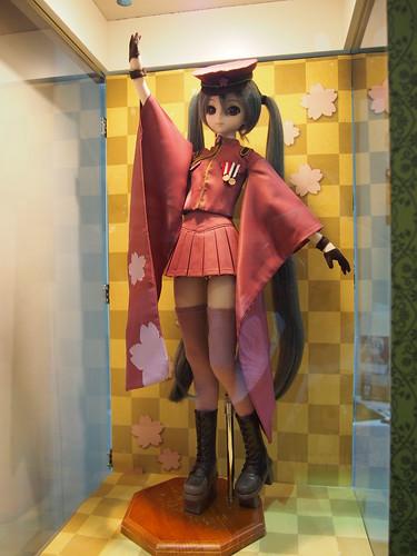 DD初音ミクの千本桜、服とウィッグセット販売だそうで。 となりにドレミファロンドバージョンもあった(撮影NG)。ドレミファロンドはもうちょっと等身を短くしてほしいが無理か・・・。