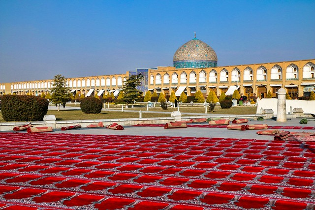 Sheikh Lotfollah mosque and red prayer carpets, Isfahan イスファハン、マスジェデ・シェイフ・ロトゥフォッラーと礼拝用絨毯