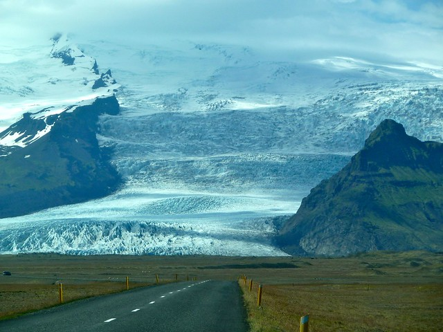 東アイスランドのバトナ氷河へ向かう車道