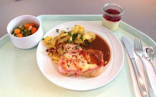 """Schweinesteak """"Tessin"""" mit Rotweinsauce & Bratkartoffeln / Pork Steak """"Tessin"""" with red wine sauce & fried potatoes"""