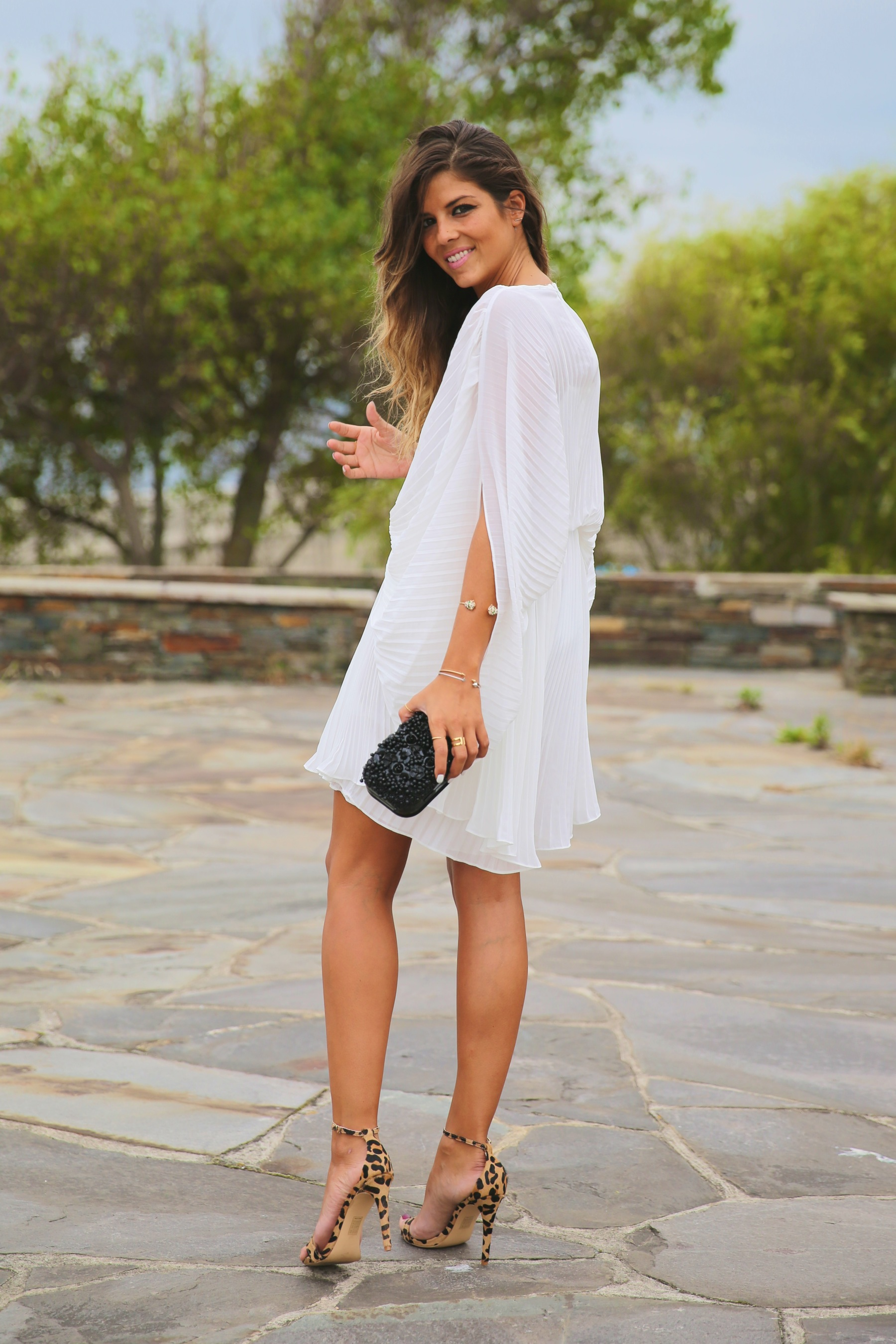 trendy_taste-look-outfit-street_style-fashion_spain-moda_españa-blog-blogger-vestido_blanco-white_dress-müic-jewels-joyas-leo_sandals-sandalias_leopardo-clutch_pedreria-13