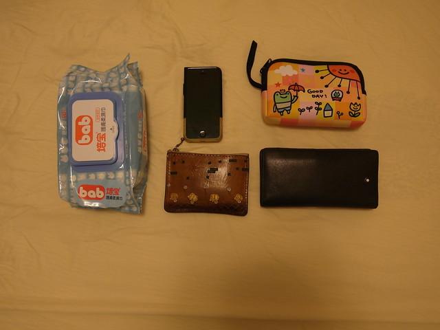 嘗試把這些東西放進媽媽包看看:濕紙巾、相機、手機、零錢包、皮夾
