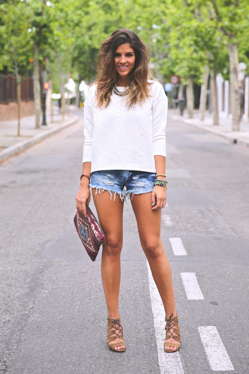 trendy_taste-look-outfit-street_style-ootd-blog-blogger-fashion_spain-moda_españa-denim_shorts-shorts_vaqueros-top_blanco-white_top-sandalias_cordones-ethnic_cluth-clutch_etnico-el_corte_ingles-12