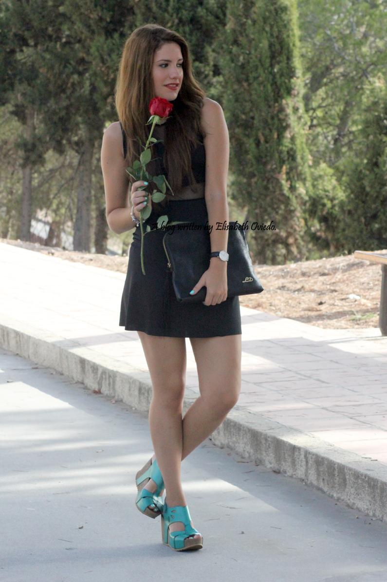 Vestido-negro-flexyandsexy-con-cuñas-azules-yokono-HEELSANDROSES-(4)
