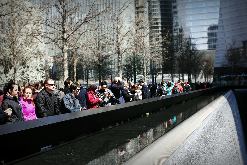 Ihmisiä WTC-tornien muistomerkillä