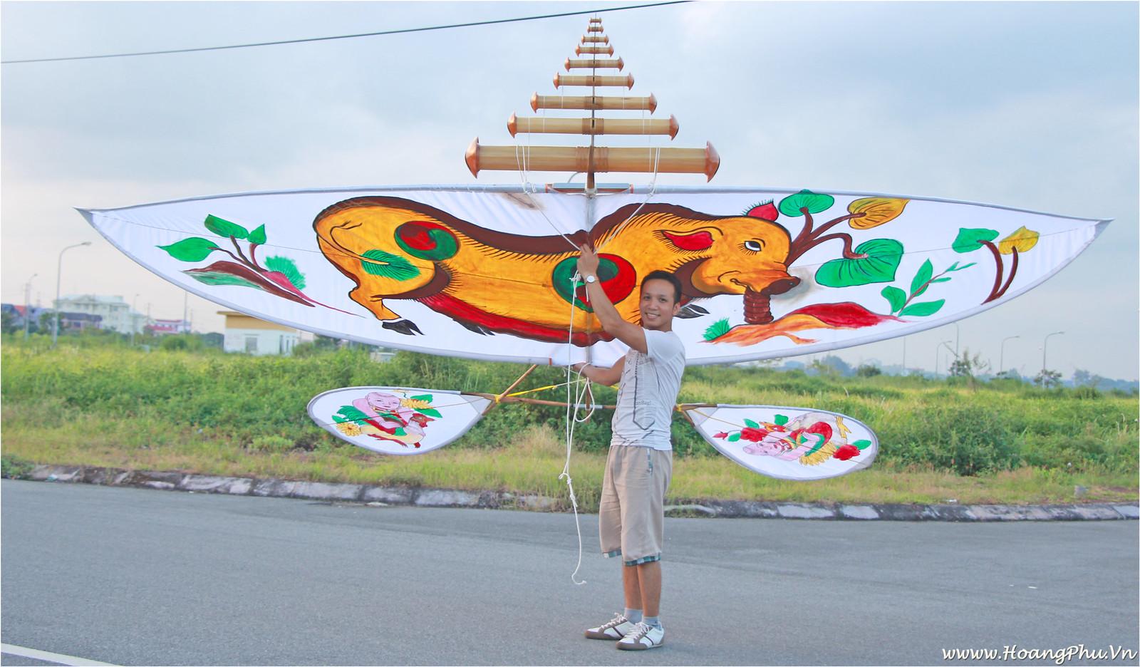 Hoàng Phú và chiếc diều sáo vẽ hình Tranh Đông Hồ - Lợn ăn lá ráy