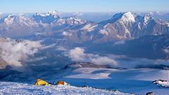 Moj namiot (po lewje) ponad Skałami Pastuchova (4700m)