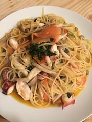 linguine(0.0), fettuccine(0.0), scampi(0.0), vegetable(1.0), spaghetti alle vongole(1.0), fried noodles(1.0), lo mein(1.0), bucatini(1.0), spaghetti(1.0), seafood(1.0), pasta(1.0), clam sauce(1.0), spaghetti aglio e olio(1.0), produce(1.0), food(1.0), dish(1.0), chinese noodles(1.0), capellini(1.0), carbonara(1.0), cuisine(1.0), chow mein(1.0),