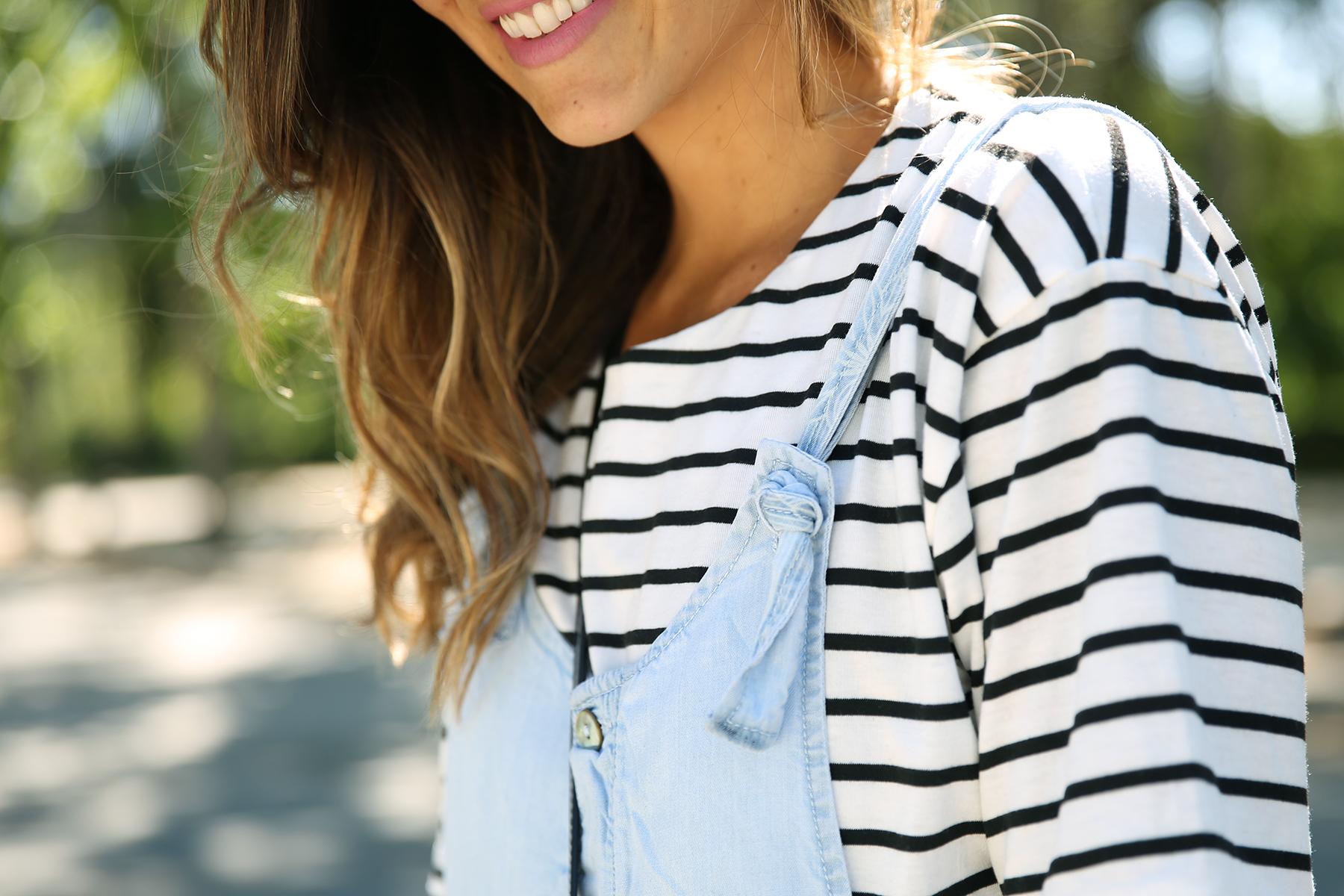 trendy_taste-look-outfit-street_style-ootd-blog-blogger-fashion_spain-vaquero_claro-peto_vaquero-tirantes-striped_tee-camiseta_rayas-marinero-dior_sunnies-gaimo-7