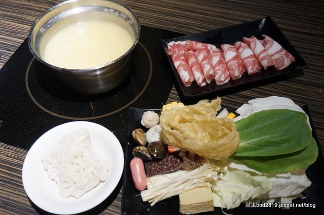 【台中東海】咕嚕咕嚕-餐廳氣氛佳,鍋物不貴,壽喜燒可任選兩種肉!
