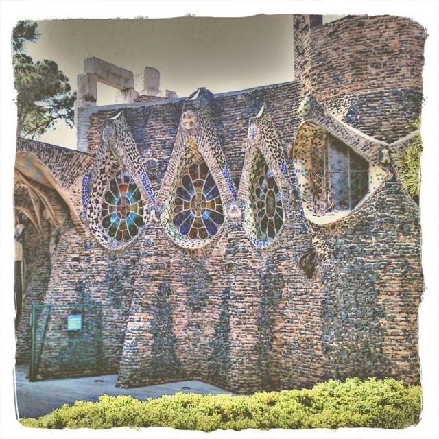 Un detalle de la Cripta de Gaudí. Como la Colonia Güell esta cerca de donde vivo, cada vez que paso a su lado aprovecho la oportunidad para fotografiarla. Esta es una de las últimas tomas que le hice.