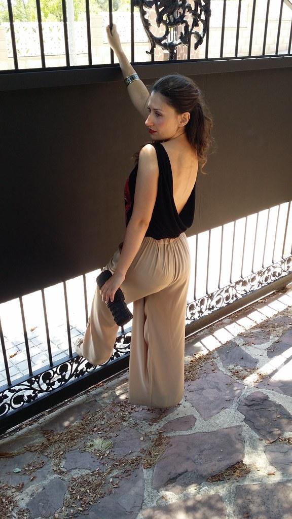 pantalones palazzo beige, tshirt negra labios rojos, espalda al aire, sexy, peep toes destalonados beige, clutch negro, beige palazzo pants, black tshirt red lips, shows back, beige undercut peep toes, black clutch, Berskha, Zara, Bimba & Lola, Suiteblanco