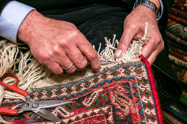 Repairing an old carpet, Isfahan イスファハン、古い絨毯の修理をする男性