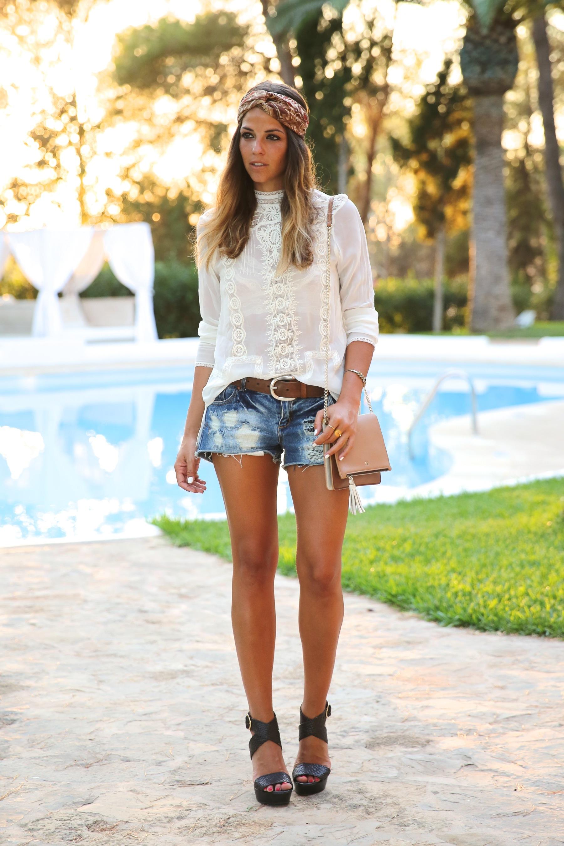 trendy_taste-look-outfit-street_style-ootd-blog-blogger-fashion_spain-moda_españa-boho-hippie-denim_shorts-shorts_vaqueros-blusa-blouse-mas34-pg-ibiza-sa_talaia-10