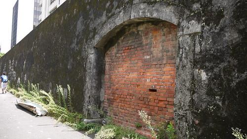 北圍牆的運屍門原址,在日人興建官舍後封閉,改從南面進出。